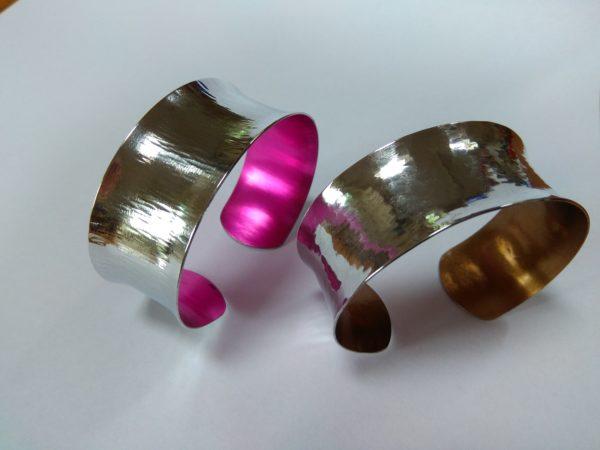 Aluminiumart Planished and polished aluminium bracelet 2 anticlastic