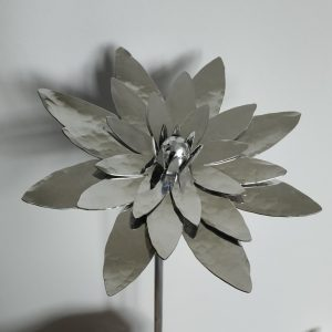 Aluminiumart aluminium garden ornament on stick lotus flower